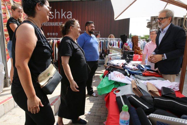 Fèlix Larrosa parlant amb comerciants de l'Eix