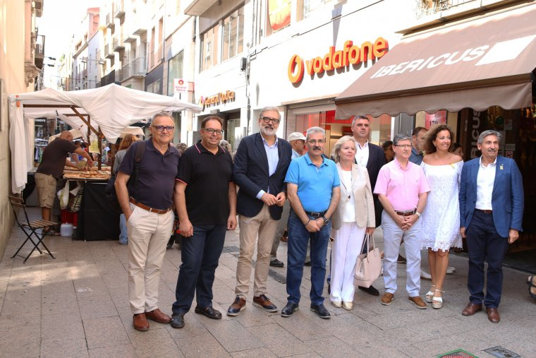 Imatge de l'alcalde amb els representants municipals i el president de l'Associació de Comerciants de l'Eix
