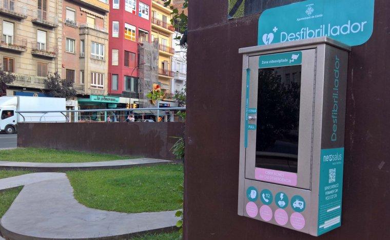 Imatge del desfribil·lador de la plaça Ricard Viñes