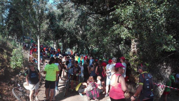 Imatge dels participants de la tercera travessa pel riu Segre