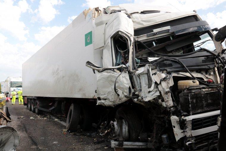 Imatge d'un dels camions que s'ha vist implicat en l'accident a l'A-2
