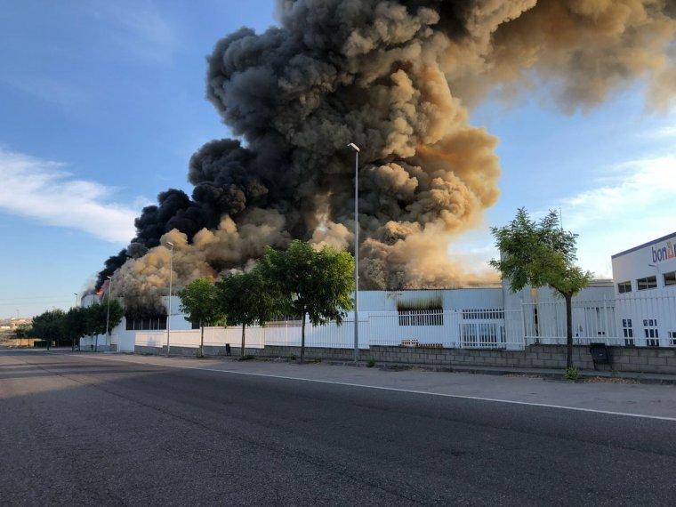 La columna de fum de l'incendi a la nau panificadora de l'Àrea de Guissona