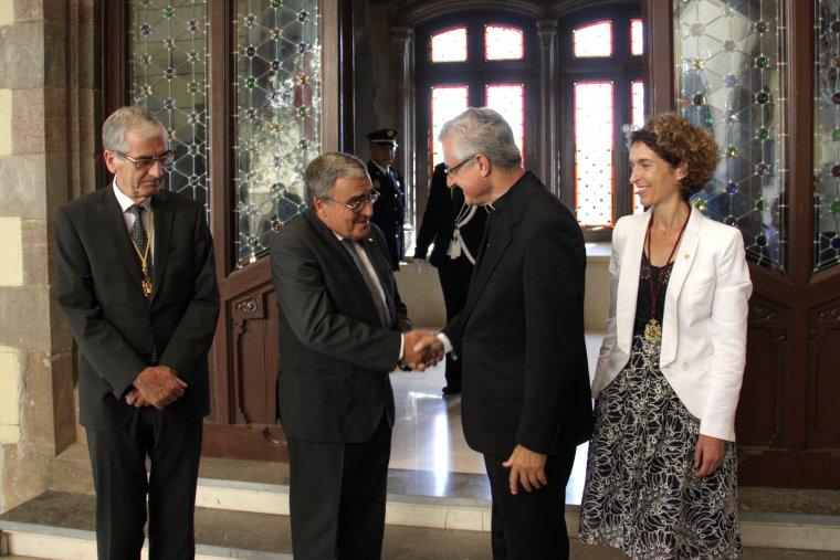 Pla general de l'ambaixador de l'estat espanyol a Andorra, Àngel Ros, en una encaixada de mans amb el copríncep episcopal d'Andorra, Joan Enric-Vives