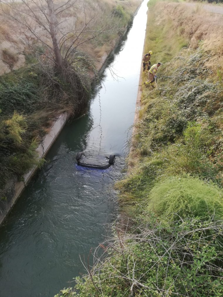 Un veí de la zona ha estat qui ha vist el vehicle a l'aigua.