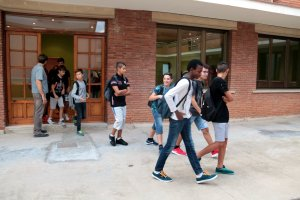 Alumnes del nou institut de Mollerussa recorrent les instal·lacions de Cal Duch, on s'ubica provisionalment el centre