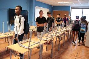 Alumnes del nou institut de Mollerussa visitant una de les aules a les instal·lacions de Cal Duch