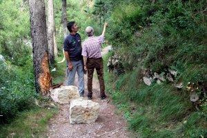 Dos persones al camí d'accés al santuari d'Arboló