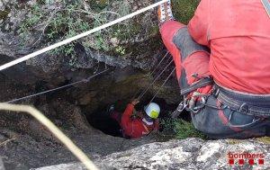 Els Bombers van necessitar més de set hores per rescatar l'espeleòloga.