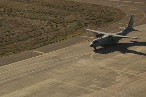 Imatge d'avió aterrant a la pista de l'Aeroport de Lleida Alguaire en plena Festa al Cel