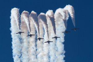 Imatge d'avions patrulla águila en plena exhibició de la Festa al Cel a l'Aeroport de Lleida-Alguaire
