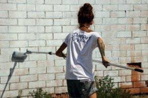 Imatge de l'artista italiana LaRame13 pintant una paret