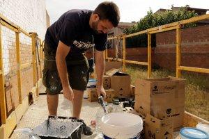 Imatge de l'artista malagueny Lalone preparant-se per pintar una paret a Torrefarrera