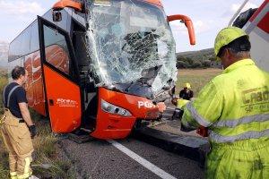 Imatge de l'autobús implicat en l'accident de la carretera C-12.