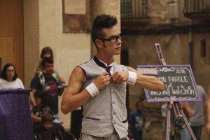 Imatge de l'espectacle d'un artista de mim a la Plaça Sant Antoni en plena FiraTàrrega