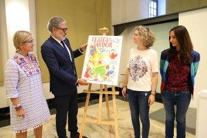 L'alcalde de Lleida, Fèlix Larrosa, amb la regidora de Cultura, Montse Parra, i les autores del cartell