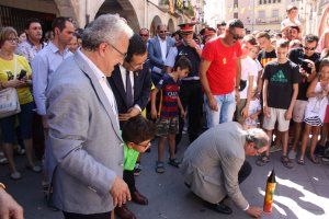Pla general del president de la Generalitat, Quim Torra, a punt d'encendre un coet de confeti en el marc de la Festa Major de les Borges Blanques