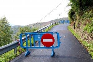 Pla general d'una senyal que indica que l'accés rodat està prohibit al poble d'Aguiró