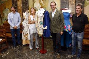 Pla general on es poden veure l'alcalde de Mollerussa, Marc Solsona, amb la responsable dels vestits de paper, Carme Polo