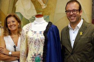 Pla mig on es poden veure l'alcalde de Mollerussa, Marc Solsona, amb la responsable dels vestits de paper, Carme Polo
