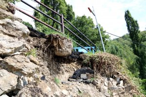 Primer pla de l'esfondrament del tram de carretera d'Aguiró