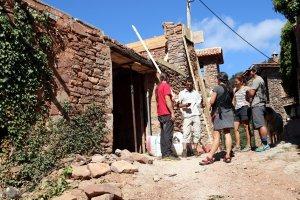 Veïns del poble i membres de la cooperativa amb una visita d'obres amb l'arquitecte en un dels edificis que s'està rehabilitant a Envall