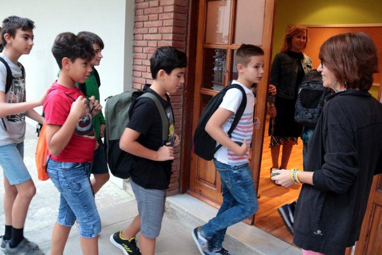 Alumnes del nou institut de Mollerussa entrant a les instal·lacions de Cal Duch