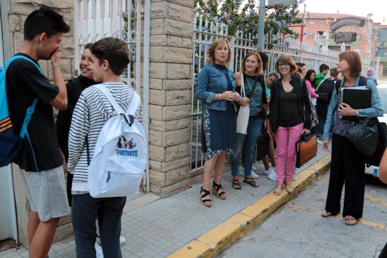 Alumnes i professorat del nou institut de Mollerussa, davant de les instal·lacions de Cal Duch