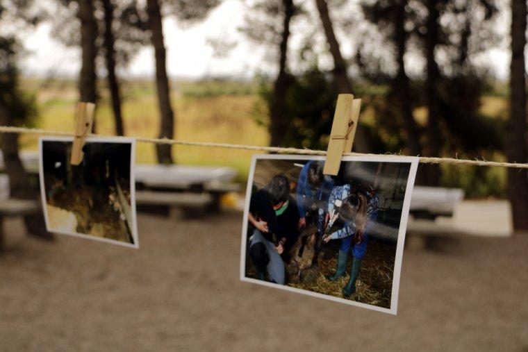 Imatge de detall d'una fotografia de dos alumnes de l'Escola de Pastors de Catalunya