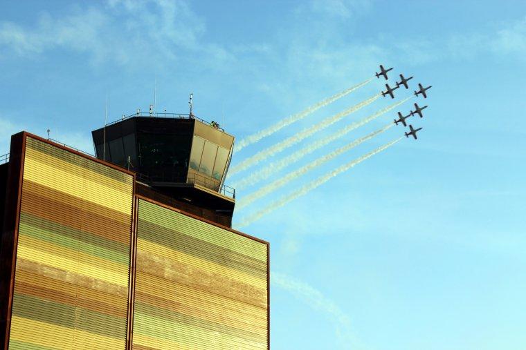 Imatge general d'una patrulla acrobàtica d'avions que sobrevola l'aeroport de Lleida-Alguaire