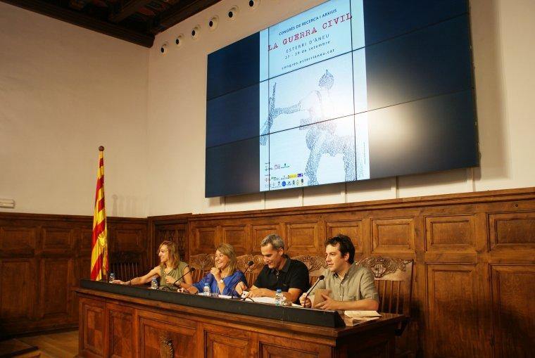 La vicepresidenta de l'IEI, Rosa Pujol, amb l'alcalde d'Esterri d'Àneu, Ramon Villuendas, i el responsable de l'Arxiu de les Valls d'Àneu, Oriol Riart