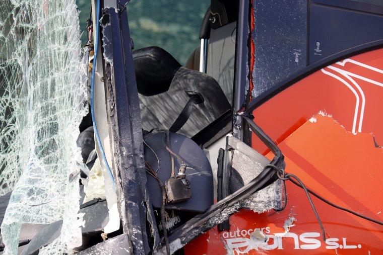 Pla curt on es pot veure la part del conductor de l'autocar