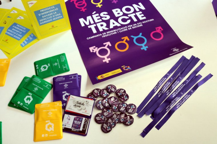 Pla detall de xapes de la campanya 'Més bon tracte' per sensibilitzar i prevenir conductes sexistes