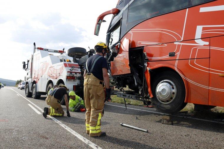 Pla general on es pot veure l'autocar que ha impactat frontalment contra una furgoneta