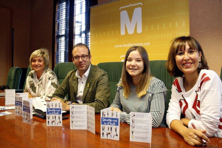 Pla obert on es pot veure l'alcalde de Mollerussa, Marc Solsona, acompanyat de les responsables de la campanya
