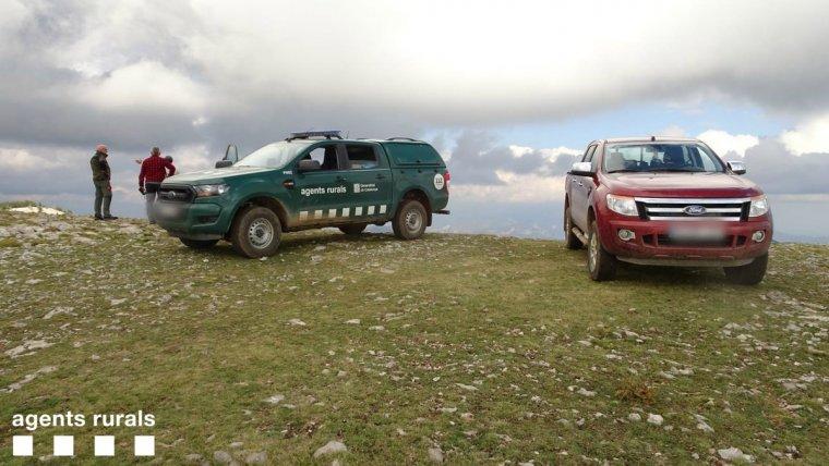 Pla obert on es pot veure un vehicle dels Agents Rurals i un altre dels pastors en el punt de la RNC de Boumort