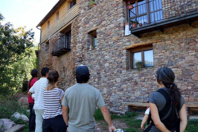 Veïns i membres d'Envall cooperativa visitant el poble d'Envall a la Vall Fosca