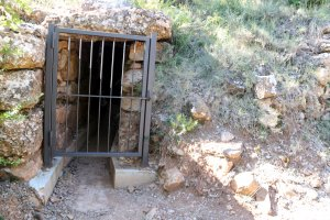 Imatge de la porta d'entrada al pou de gel de Talarn, al Pallars Jussà