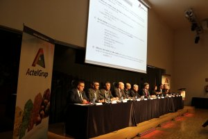 Imatge de la taula que presideix l'Assemblea General Ordinària d'ActelGrup a La Llotja de Lleida