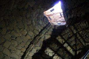 Imatge del sostre, des de dins, del pou de gel de Talarn, al Pallars Jussà