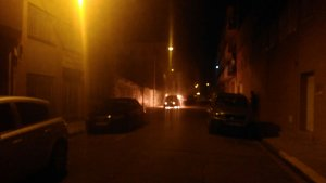 Imatge d'un dels cotxes cremant