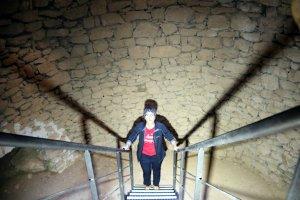 La historiadora Joana Franch dins del pou de gel de Talarn, al Pallars Jussà