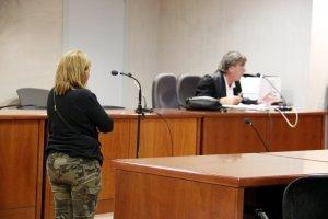 L'acusada d'apropiació indeguda, amb el seu advocat, a l'Audiència de Lleida