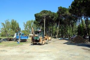 Màquines treballant al parc de les Basses de Lleida per millorar-ne l'estat