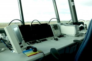 Pla mitjà on es pot veure el taulell d'una part de la torre de control de l'aeroport de Lleida-Alguaire