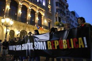 Pla obert de la capçalera de la manifestació pel primer aniversari de l'1-O a Lleida amb la pancarta