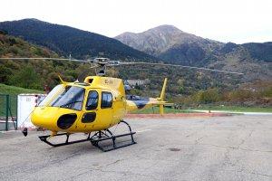 Primer pla de l'helicòpter amb base a l'heliport de Vielha