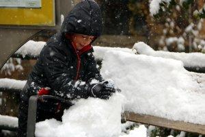 Primer pla d'un nen fent una bola de neu al poble d'Espot, al Pallars Sobirà