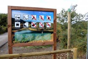 Primer pla d'un rètol que indica que el bany queda prohibit a l'estany de Montcortés