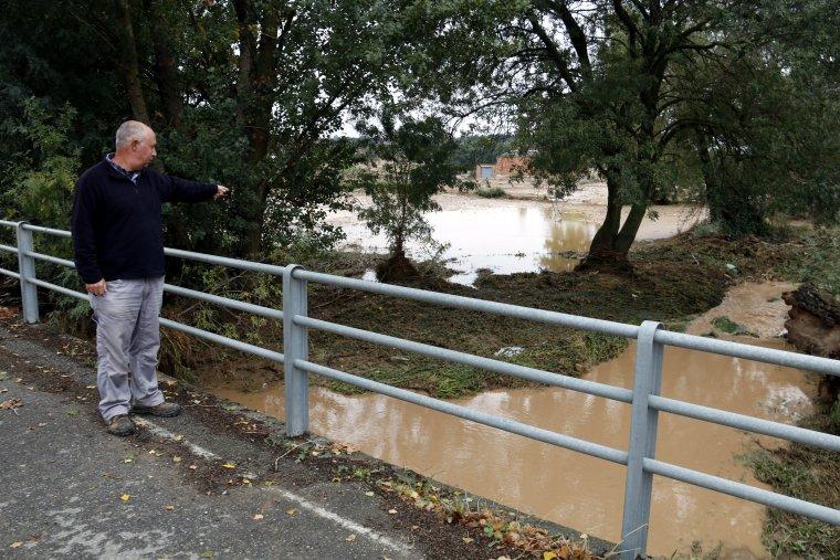 El tinent d'alcalde de les Oluges, assenyala el riu Sió desbordat