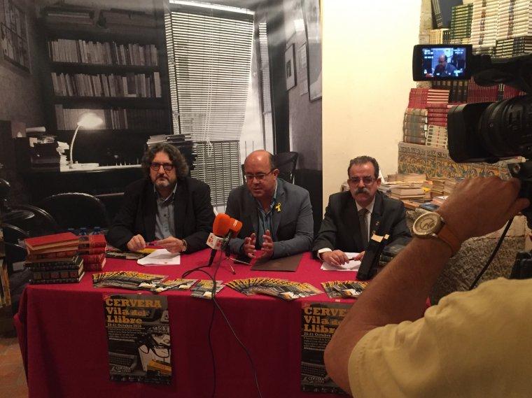 Enric Bono, director del festival de la Vila; Ramón Royes, paer en cap de Cervera i Jaume Rossich, regidor de Cultura de Cervera